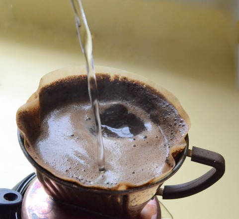 コーヒーをいれている